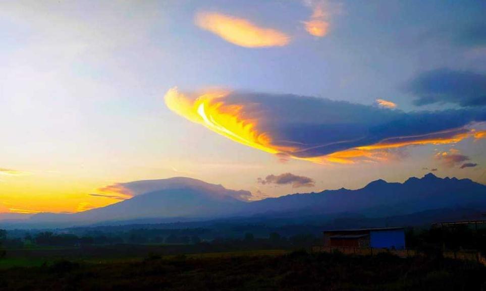 Awan Lentikularis Muncul Diatas Gunung Welirang dan Anjasmoro Pacet