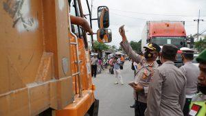 Polresta Mojokerto Bagikan Masker di Jalur Perbatasan Untuk Cegah Antisipasi Penyebaran dan Penularan Virus Corona